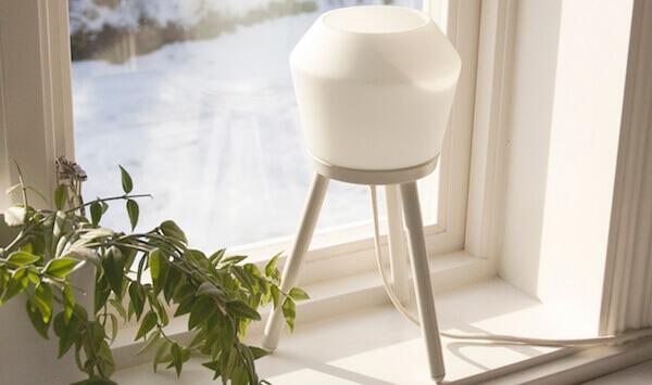 Snygg vit lampa i ett fönster.