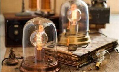 Två lampor med synliga glödlampor.