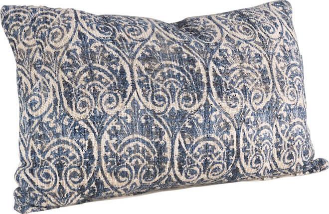 Blå mönstrad och mysig kudde.