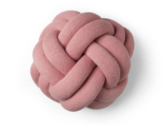 Svensk soffkudde som liknar en knot.